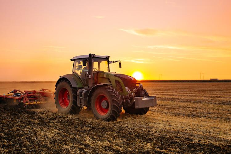 trattore-al-tramonto-campo-orzo-by-duskojovic-fotolia-750.jpeg