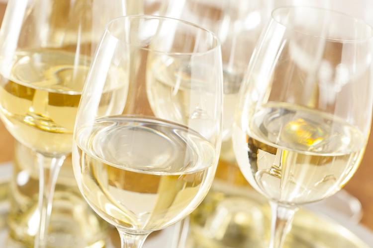 vino-bianco-fermo-bicchieri-by-brent-hofacker-fotolia-750.jpeg