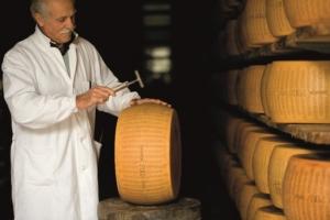 formaggio-parmigiano-reggiano-esperto-battitore-sett-2017-fonte-consorzio-pamigiano-reggiano