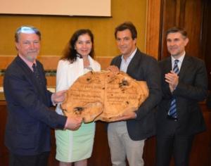 olio-premio-biol-2016-i-primi-ex-aequo-da-sx-i-coniugi-spagnoli-vao-e-il-produttore-toscano-alampi-a-dx-il-vice-ministro-olivero-fonte-premio-biol
