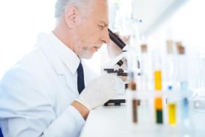 scienziato-microscopio-ricerca-laboratorio-by-viacheslav-iakobchuk-fotolia-750