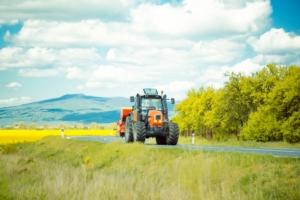trattore-su-strada-by-tverdohlib-fotolia-750