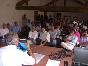 Costantino-Charrere-davanti-all-assemblea-300