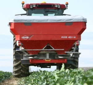 Kuhn-spandiconcime-axis-401W-in-campo.jpg