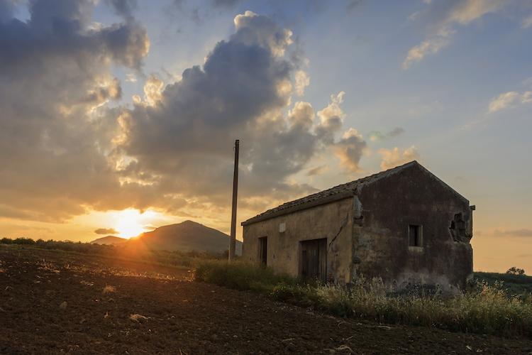 abbandono-agricolo-casa-vecchia-fienile-abbandonato-by-afinocchiaro-adobe-stock-750x500