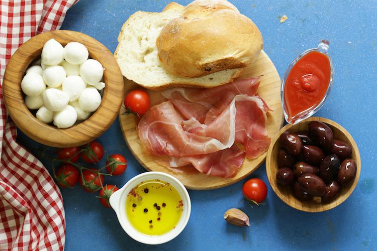 agroalimentare-made-in-italy-mozzarelle-pomodori-olive-prosciutto-pane-aglio-by-dream79-fotolia-750.jpeg