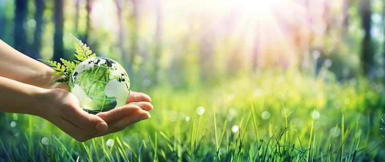 ambiente-tutela-green-sostenibilita-mondo-mani-by-romolo-tavani-adobe-stock-750x317