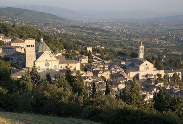 assisi-paesaggio-colline-by-luca-aless-wikimedia-jpg.jpg