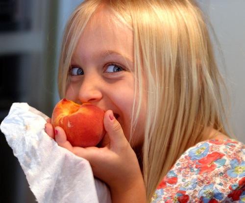 bambina-pesca-frutta-nelle-scuole-flickr-cc20-by-Bruce-Tuten