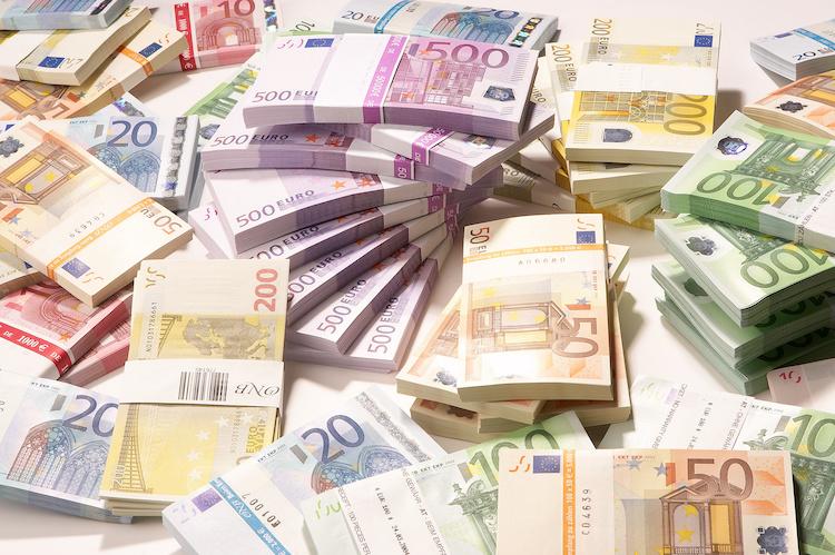 banconote-soldi-euro-by-franz-pfluegl-adobe-stock-750x499