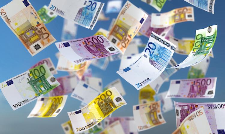 banconote-volano-aria-soldi-by-fotomek-adobe-stock-750x445