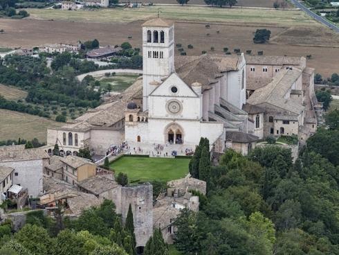 basilica-assisi-nikokvfrmoto-fotolia