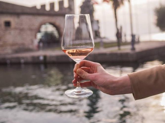 bicchiere-vino-rosa-mar-2019-fonte-consorzio-valtenesi