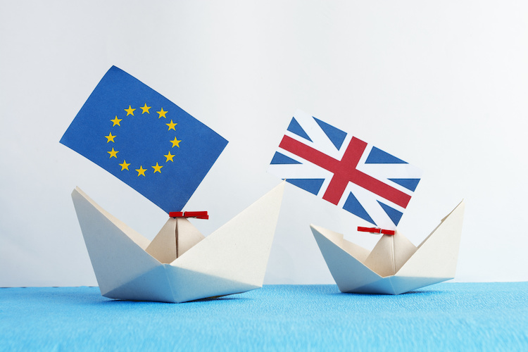 brexit-bandiera-bandiere-barche-barchette-europa-regno-unito-by-browneyesboyua-adobe-stock-750