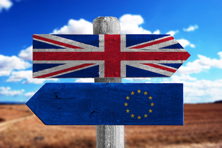 brexit-bandiere-frecce-by-alexander-sanchez-adobe-stock-750x500