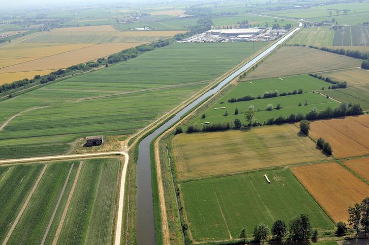 canale-irrigazione-per-agricoltura-veduta-aerea-campi-campo-provincia-reggio-emilia-by-dvisions-adobe-stock-750x499.jpeg