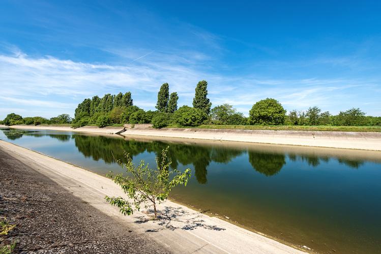 canale-irrigazione-pianura-padana-by-alberto-masnovo-adobe-stock-749x500