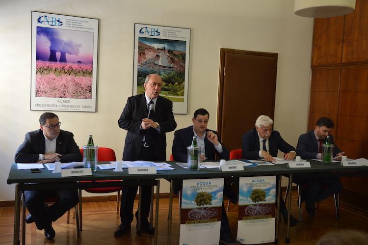 conferenza-antonio-nicoletti-dirlegambiente-massimo-gargano-diranbi-francesco-vincenzi-presanbi-nidocemo-oliverio-onpd-filippo-gallinella-onm5s-fonte-anbi