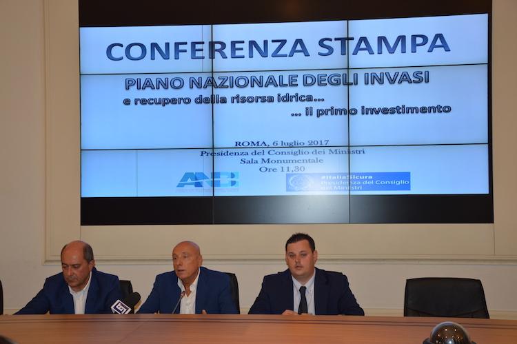 conferenza-stampa-piano-nazionale-invasi-sx-gargano-d-angelis-vincenzi-fonte-vespa-alessandro.jpg