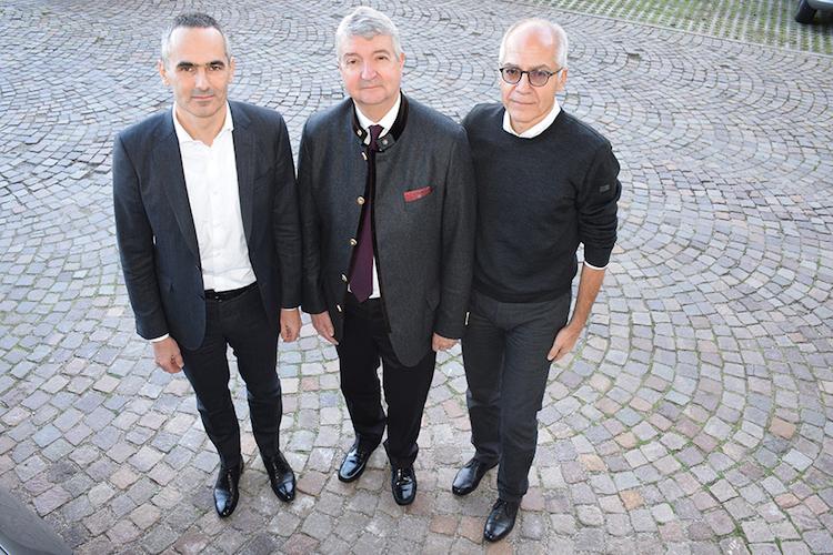 da-sinistra-il-futuro-direttore-walter-pardatscher-il-presidente-georg-kssler-e-attuale-direttore-gerhard-dichgans-nov-2018-fonte-vog
