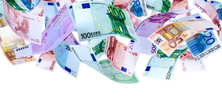 euro-soldi-cadono-banconote-aria-by-oleksandr-dibrova-adobe-stock-750x325.jpeg
