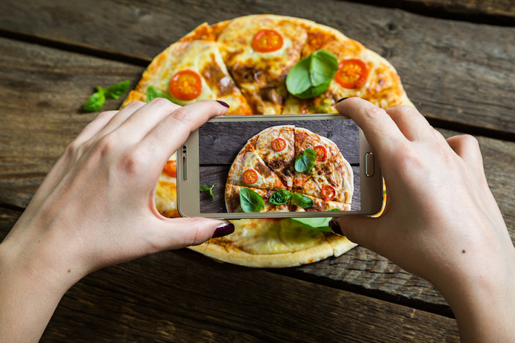 foodporn-pizza-cellulare-by-ruslan-mitin-fotolia-750