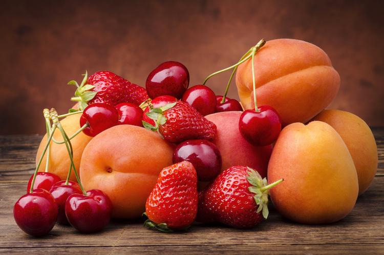 frutta-estiva-fragole-ciliegie-albicocche-by-luigi-giordano-adobe-stock-750x497