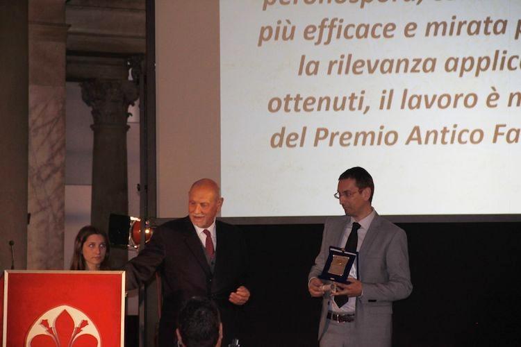 gabriele-di-gaspero-riceve-premio-dal-presidente-georgofili-giampiero-maracchi-fonte-universita-udine