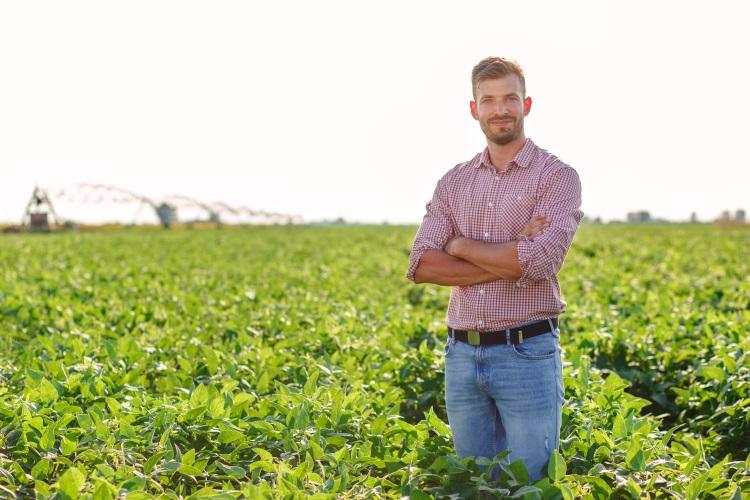 giovane-agricoltore-campo-soia-by-zoran-zeremski-adobe-stock-750x500