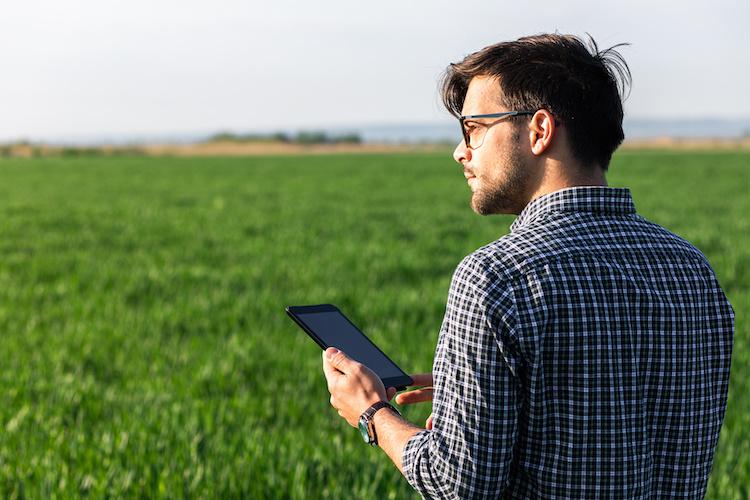 giovani-giovane-agricoltore-tecnologie-agricoltura-digitale-tablet-innovazione-by-zoran-zeremski-adobe-stock-750x500
