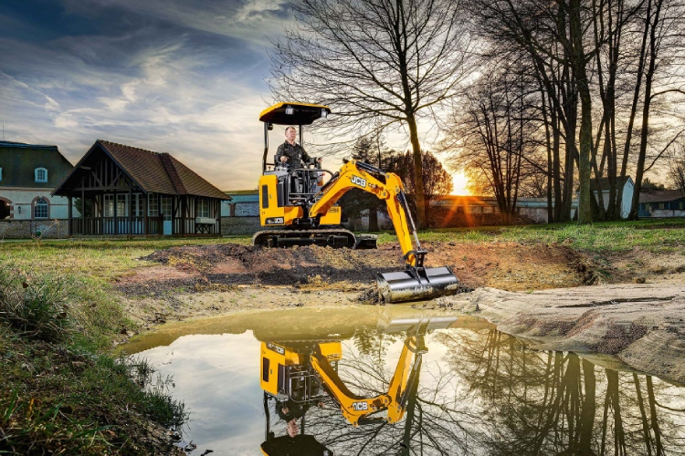 I lavori pesanti non fanno paura ai mini-escavatori JCB
