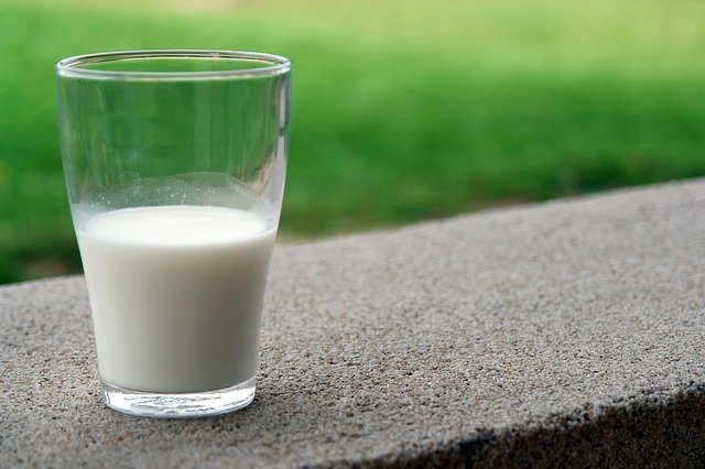 latte-bicchiere-mezzo-pieno-devanath.jpg