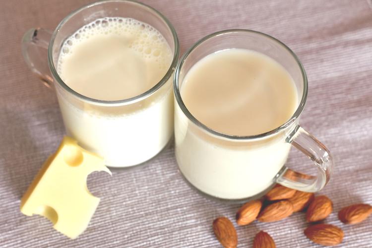 latte-di-mandorla-latte-vaccino-tazze-by-marijana-adobe-stock-750x500