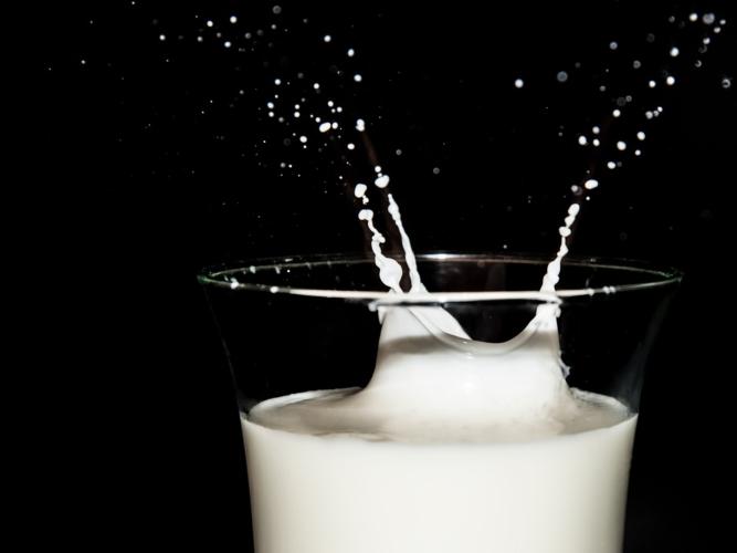 latte-goccia-bicchiere-manolo-franco