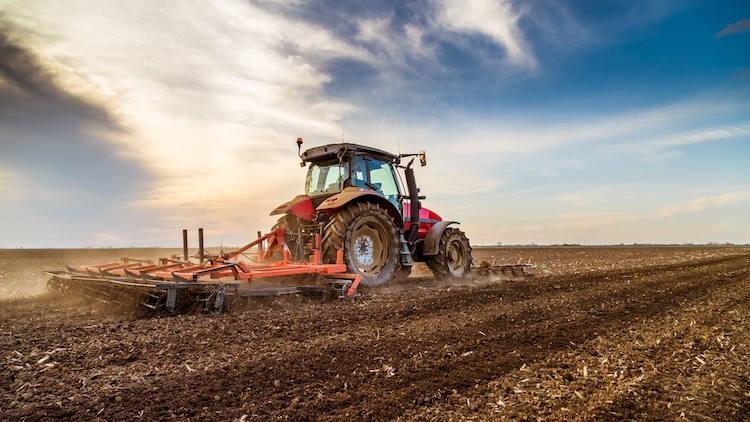 lavorazione-terreno-erpice-trattore-byoticki-adobe-stock-750x422