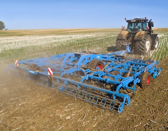"""Lavorazione del terreno e semina, """"celesti"""" con Lemken"""
