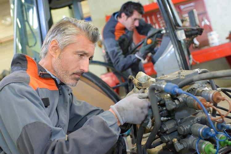 macchine-agricole-manutenzione-meccanico-revisione-by-auremar-adobe-stock-749x500