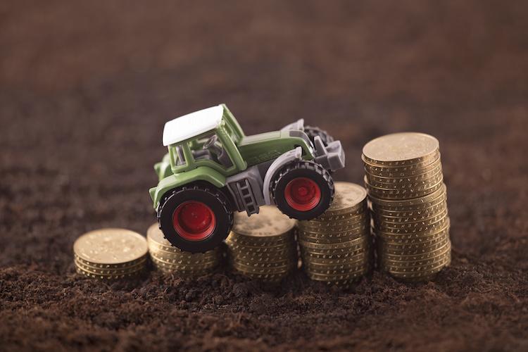 mercati-soldi-trattore-macchine-agricole-by-jakub-krechowicz-adobe-stock-750x500
