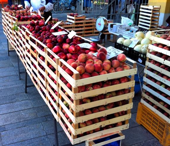 mercato-ortofrutta-pesche-banco-imola-by-il-cs-2011-2.jpg