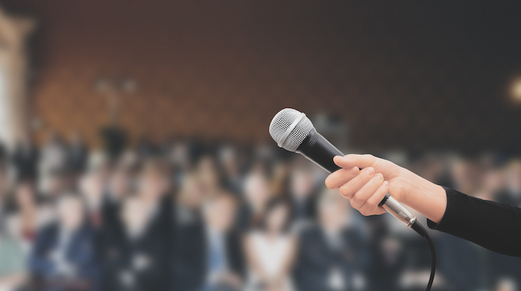 microfono-conferenza-incontro-parlare-in-pubblico-by-aldeca-studio-fotolia-750