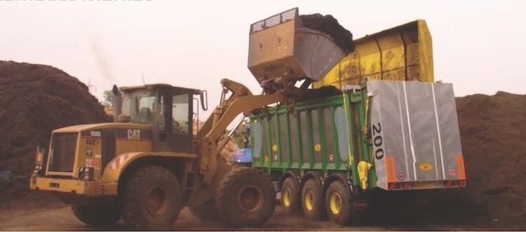 operazione-di-carico-del-compost-acm-su-camion-articolo-rosato-sett-2017-fonte-consorzio-italiano-compostatori.jpg