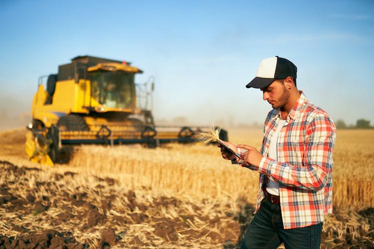 precision-farming-agricoltura-di-precisione-trebbiatrice-tablet-by-artiemedvedev-adobe-stock-750x500.jpeg