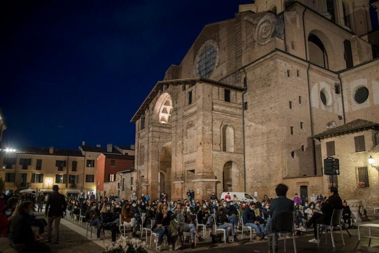 pubblico-in-piazza-mantegna-mantova-food-e-science-festival-ott-2020-fonte-roberta-baria.jpg