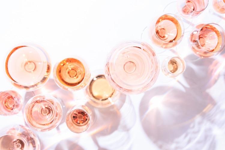 rose-vino-bicchieri-rosato-by-ekaterina-molchanova-adobe-stock-750x500
