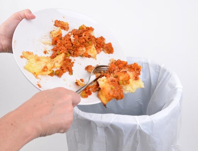 spreco-alimentare-mano-piatto-resti-cibo-by-simon-fotolia-750