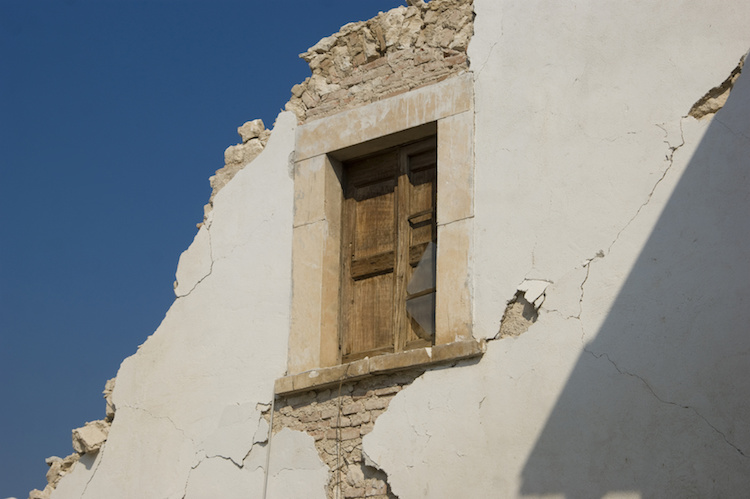terremoto-finestra-casa-macerie-by-fotografiche-eu-fotolia-750