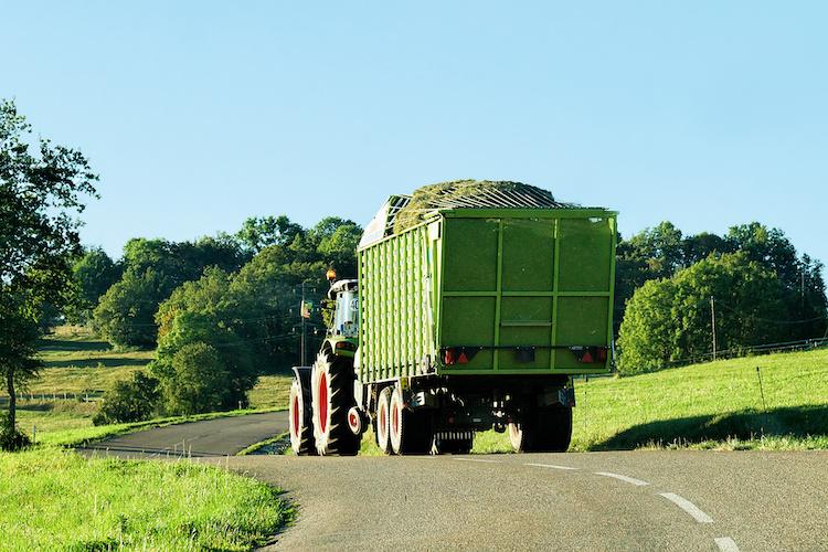 trattore-rimorchio-macchine-agricole-by-roman-babakin-adobe-stock-750x500