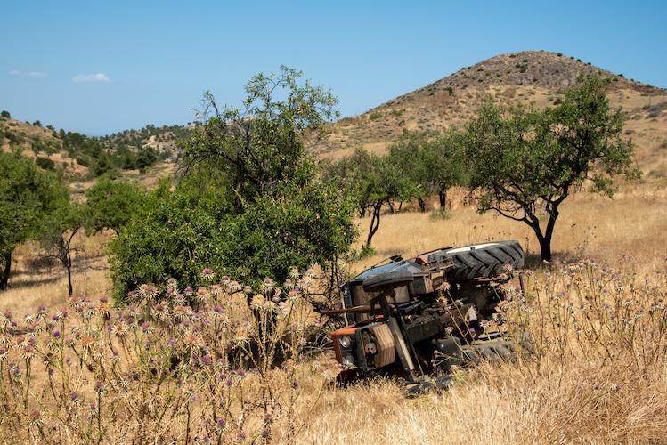 trattore-rovesciato-sicurezza-sul-lavoro-macchine-agricole-by-michalis-palis-adobe-stock-750x500
