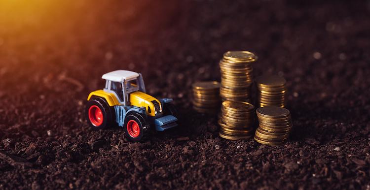 trattore-soldi-monete-terreno-by-bits-and-splits-adobe-stock-750x386