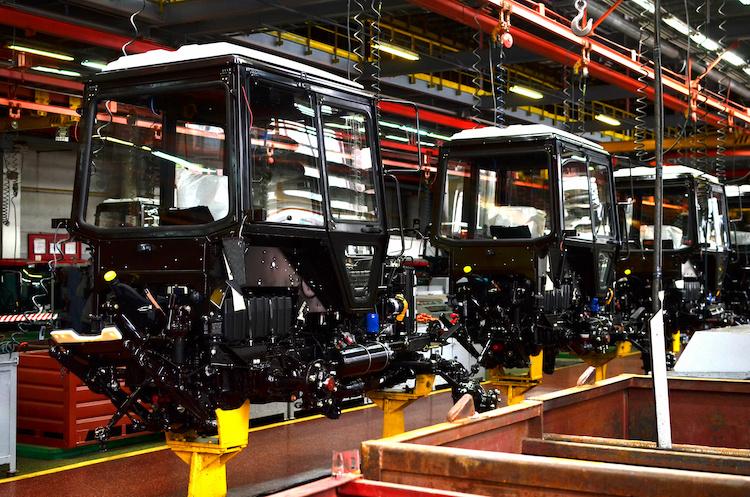 trattori-macchine-agricole-produzione-assemblaggio-fabbrica-by-maxsafaniuk-adobe-stock-750x497